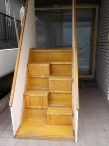 蹴込み板付き段違い階段の見本