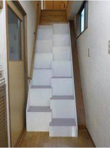 特許段違い階段カバータイプ 急な階段に段違い階段カバータイプを一部施工した下からの写真