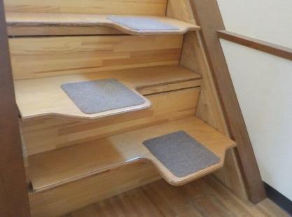 急な階段をリフォームなしに安全な階段にできる段違い階段 下からの写真