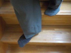 急な階段は、下りるとき足がはみ出て踏み外しそう