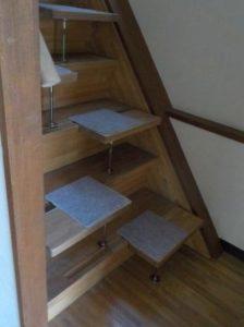 段違い階段1本柱タイプ 斜め写真