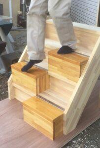 段違い階段蹴込板付きタイプ下りる時