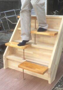 段違い階段1本柱タイプ下りる時