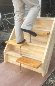 段違い階段1本柱タイプ上がる時