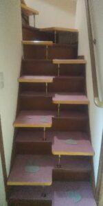 段違い階段取付 段をカーペット張り 下から横向き