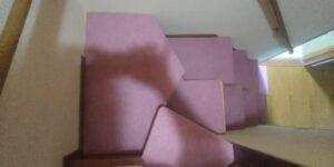 段違い階段取付 段をカーペット張り 中間上から