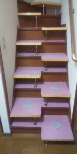段違い階段取付 段をカーペット張り 下から下向き